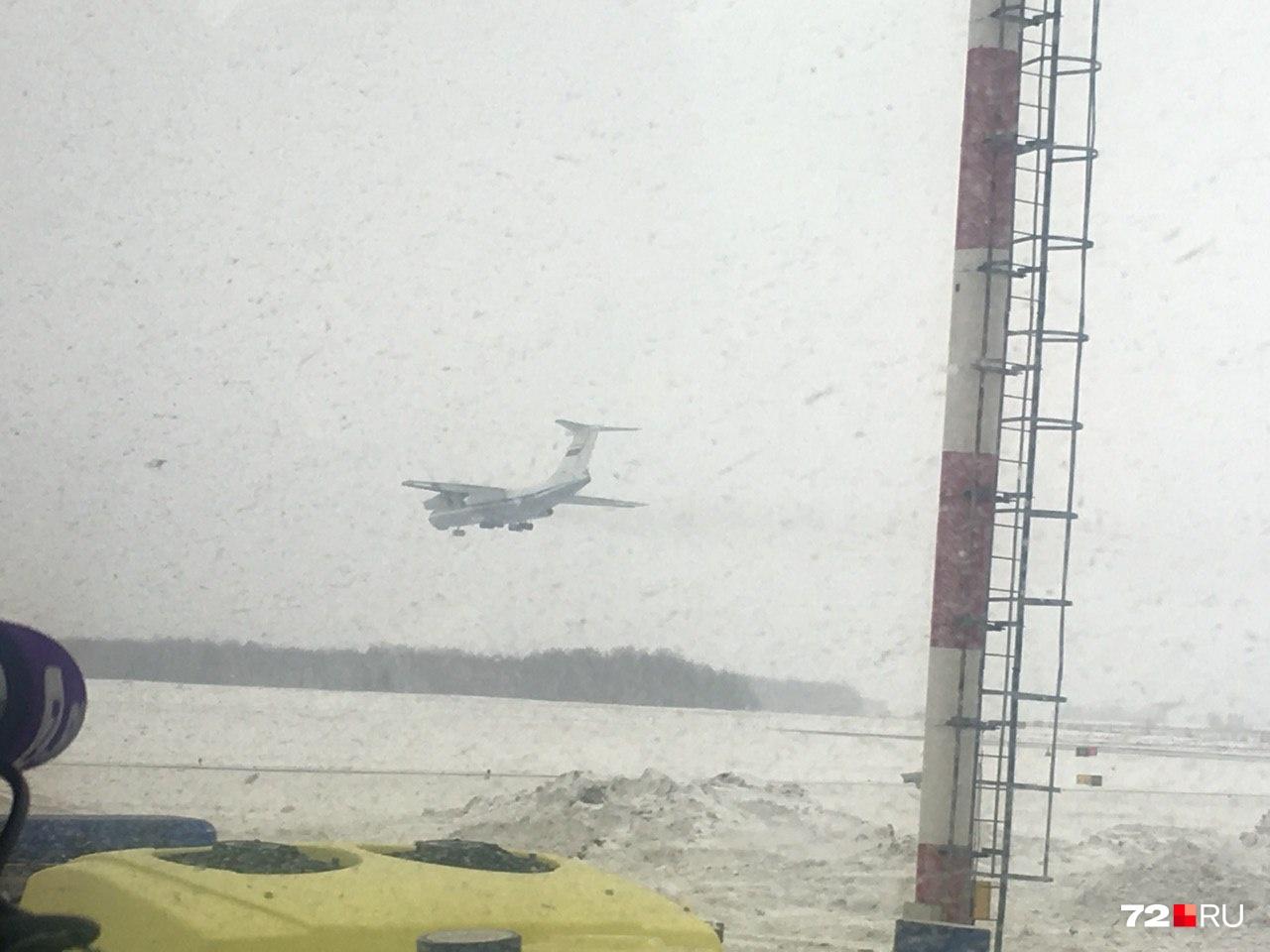 Военный борт садится в аэропорту Тюмени