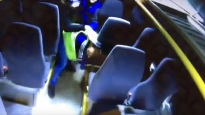 Избившие кондуктора 144-го автобуса архангелогородцы получили год исправительных работ на двоих