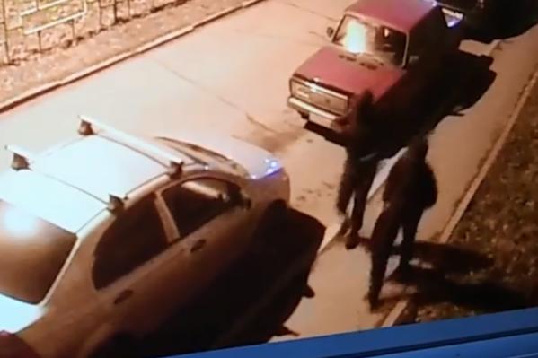 Мужчины в масках сразу же вызвали подозрение у полиции