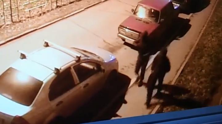 «Это месть»: в Рыбинске на уличные камеры попали поджигатели машин
