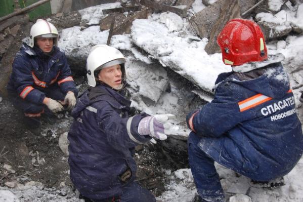 По информации АСС, глубина завала составляет 5 метров. За ночь спасатели успели откопать только 1,5 метра промёрзшей земли