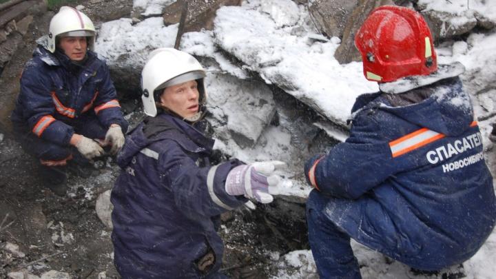Рабочего завалило землёй в посёлке под Новосибирском