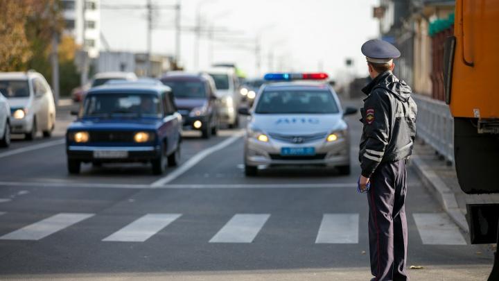 Парни с жезлом, как у ГИБДД, тормозили машины у «Луча». Ими уже заинтересовалась полиция
