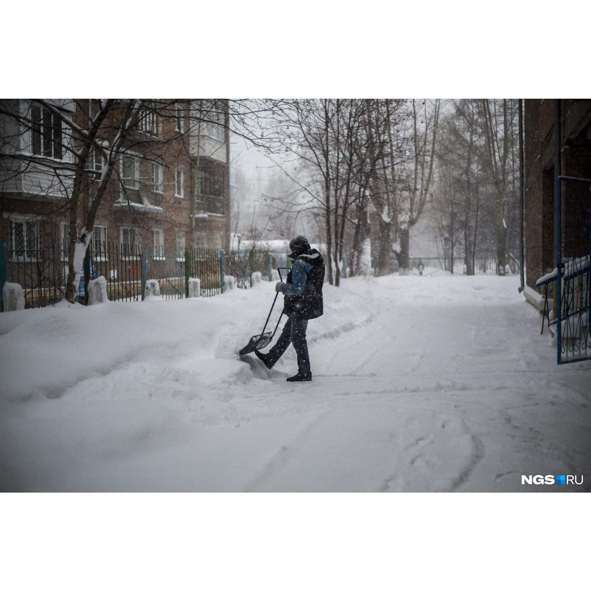 Сильный снегопад прибавил работы дворникам
