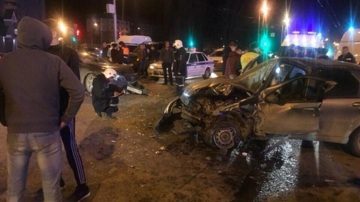 В Стерлитамаке в центре города лоб в лоб столкнулись две иномарки