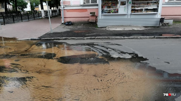 «Вода растеклась по всей дороге»: в центре Ярославля из-за аварии затопило улицу