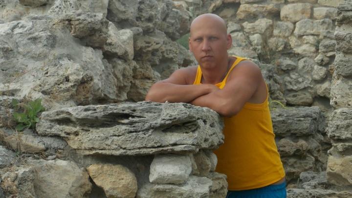 «Нужна помощь добровольцев»: в Ярославле на набережной пропал голубоглазый мужчина