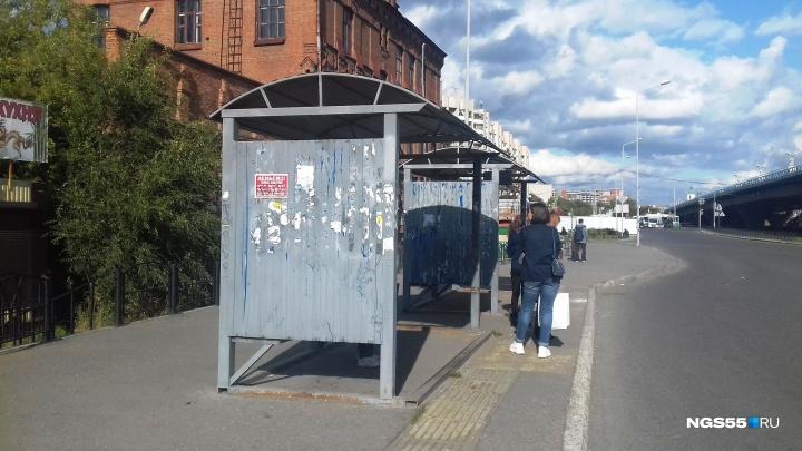 После шторма в Омске дорожным рабочим поручили проверить, как закреплены остановки