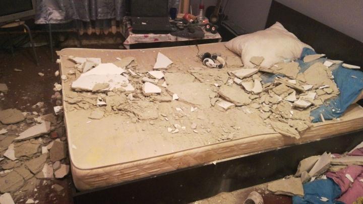 «Мы едва не погибли»: в Верхней Пышме посреди ночи обвалился потолокв квартире