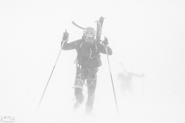 Евгений Марков покоряет Эльбрус. В тот день в горах была непогода