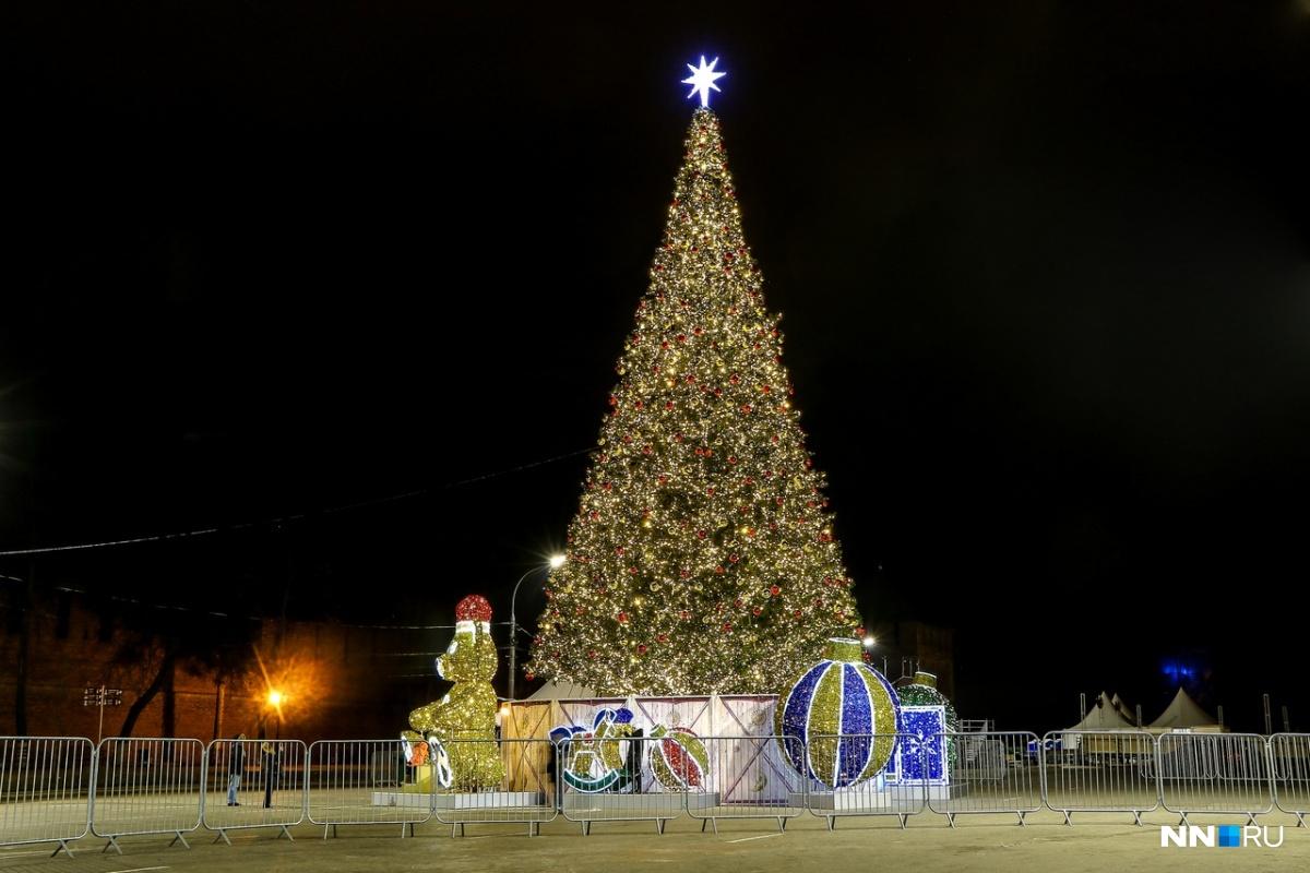 Главная ёлка города всегда стоит на центральной площади Нижнего Новгорода