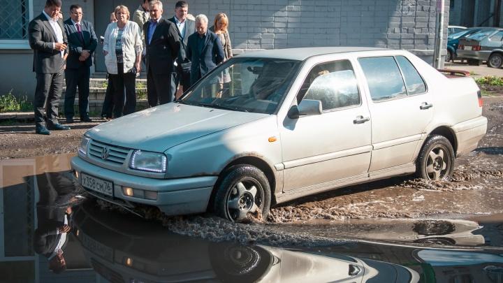 Наорала на ремонт:во дворе женщины, при всех отчитавшей мэра Ярославля, начали чинить ливнёвку