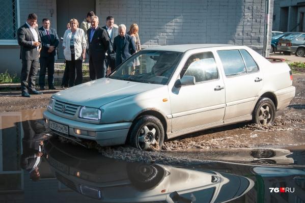 Жительница Резинотехники показала мэру свой затопленный двор