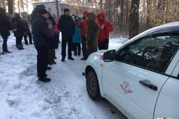 В воскресенье жители Рощинского поселения блокировали медицинскую машину на въезде в карантинный центр в Ужевке