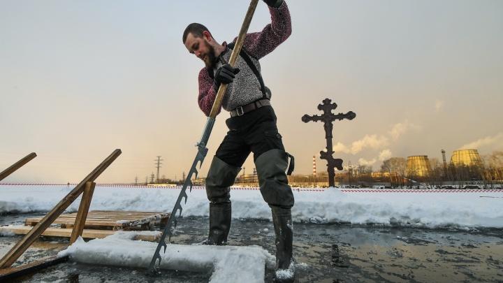 Из-за аномального тепла купели на Верх-Исетском пруду сдвинули ближе к берегу. Фото