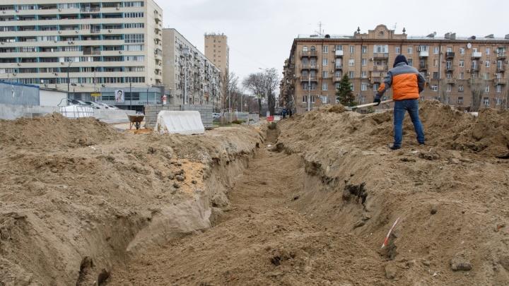 «Быстро тут ничего не строят»: в Волгограде перекопанный сквер Пушкина ждет возвращения брусчатки
