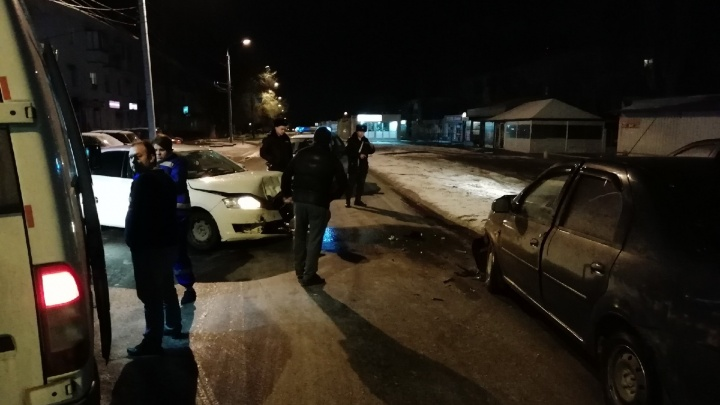 «Засмотрелся на навигатор и вылетел на встречку»: с замерзшей дороги Волгограда выбросило иномарку