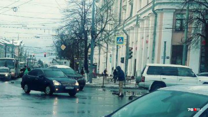 «Оторвал номера у машины и орёт»: по Ярославлю ходит неадекватный мужчина. Видео