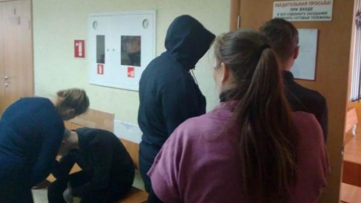 Пинали, скандируя «Россия»: в суде показали видео, как подростки убивали инвалида в Березовском