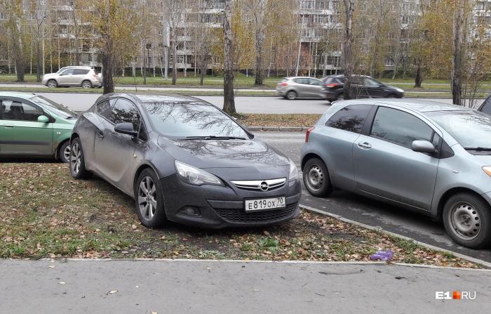 Осенняя распутица помогает автохамам растаскивать грязь по всему Екатеринбургу