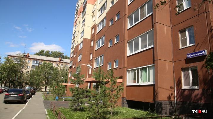 Интрига при дворе: жильцам нового дома в Челябинске вместо детской площадки разметили мусорку