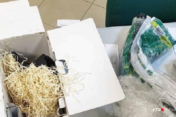 Получатель открыл коробку в пункте выдачи на улице Ленина. Позже сотрудники компании по доставке грузов заявят, что посылку доставлял курьер