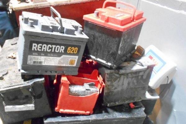 В одном из грузовиков находилось 25 использованных аккумуляторов весом более полутоны