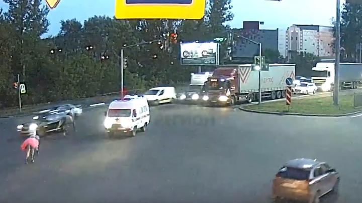 На крупном проспекте в Ярославле сбежавшие лошади в лобовую неслись на машины