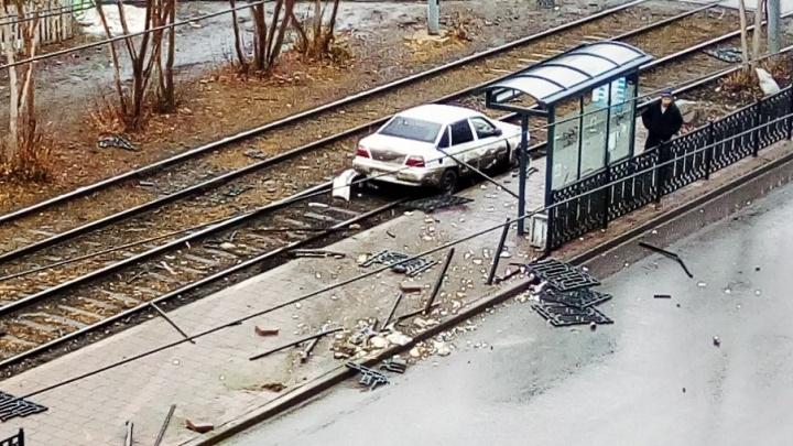 На ВИЗе легковушка снесла дорожное ограждение и вылетела на трамвайные пути