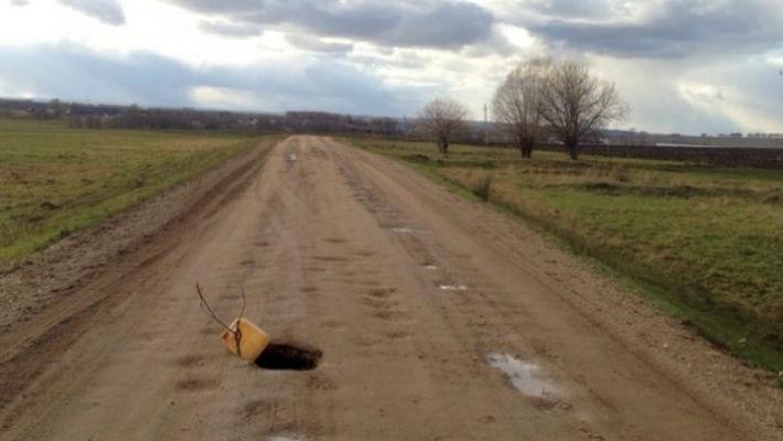 Проход в бездну: в центре дороги в Башкирии разверзлась земля