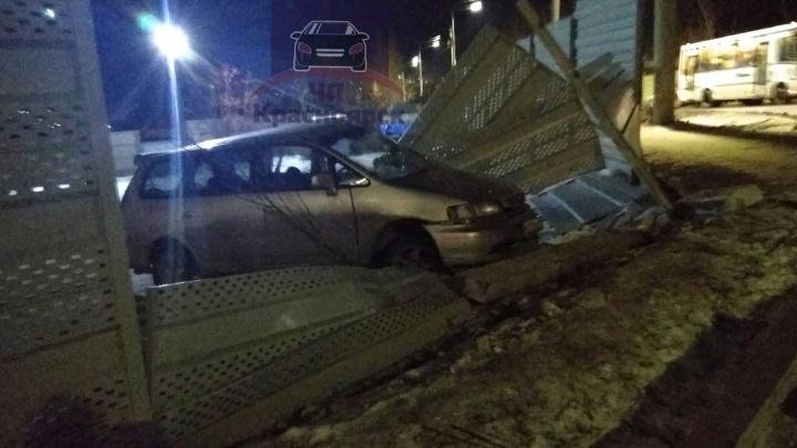 На Свободном спешившая «Хонда» изуродовала металлический забор