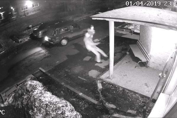 Инцидент попал на камеры наружного видеонаблюдения