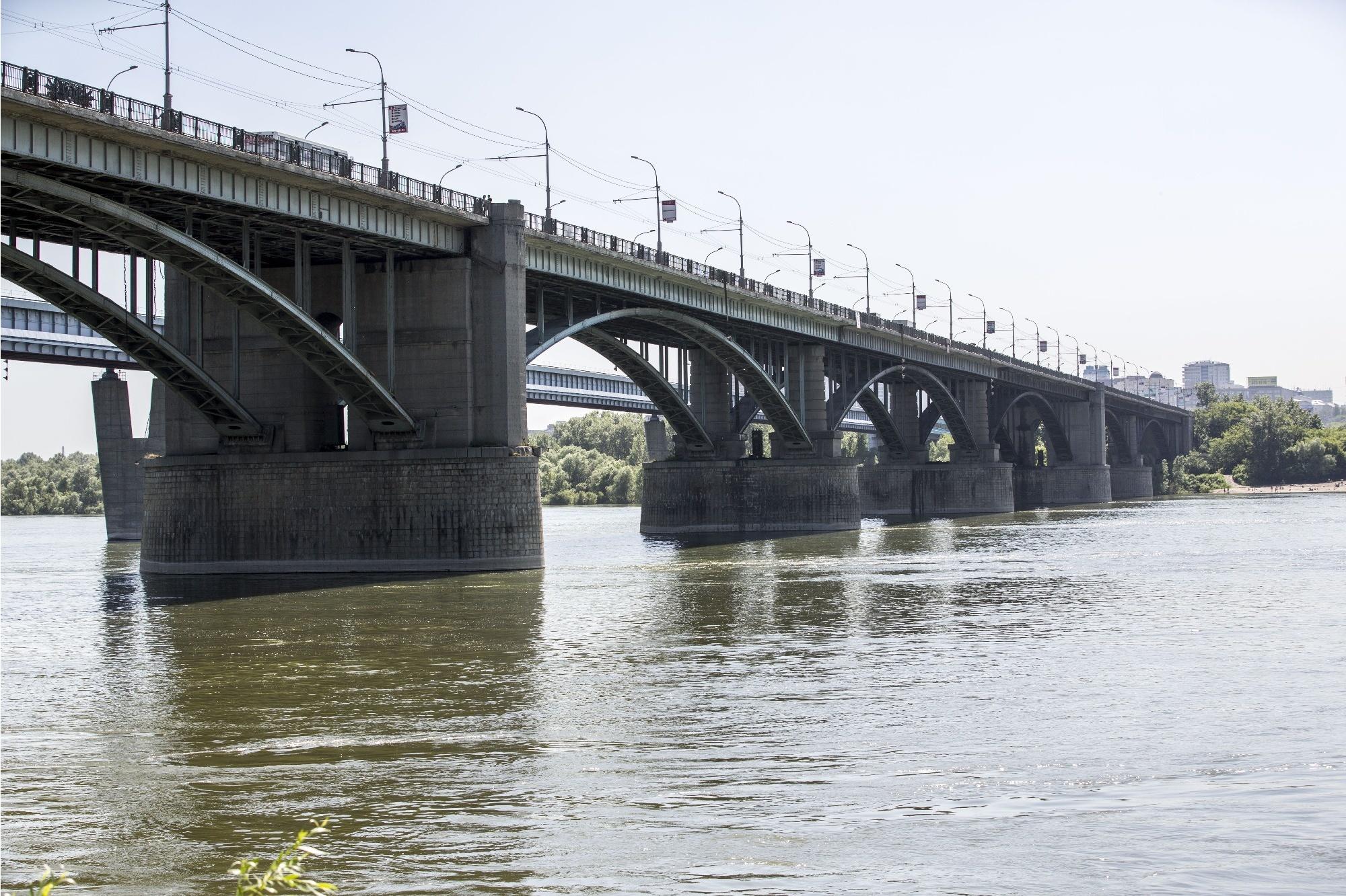 Горожане предложили раскрасить арки Коммунального моста во все цвета радуги