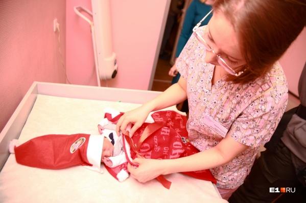 Сотрудники перинатального центра сами сшили костюмы для новорожденных. Милота!