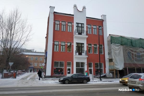 Это одно из первых 3-этажных зданий в Красноярске