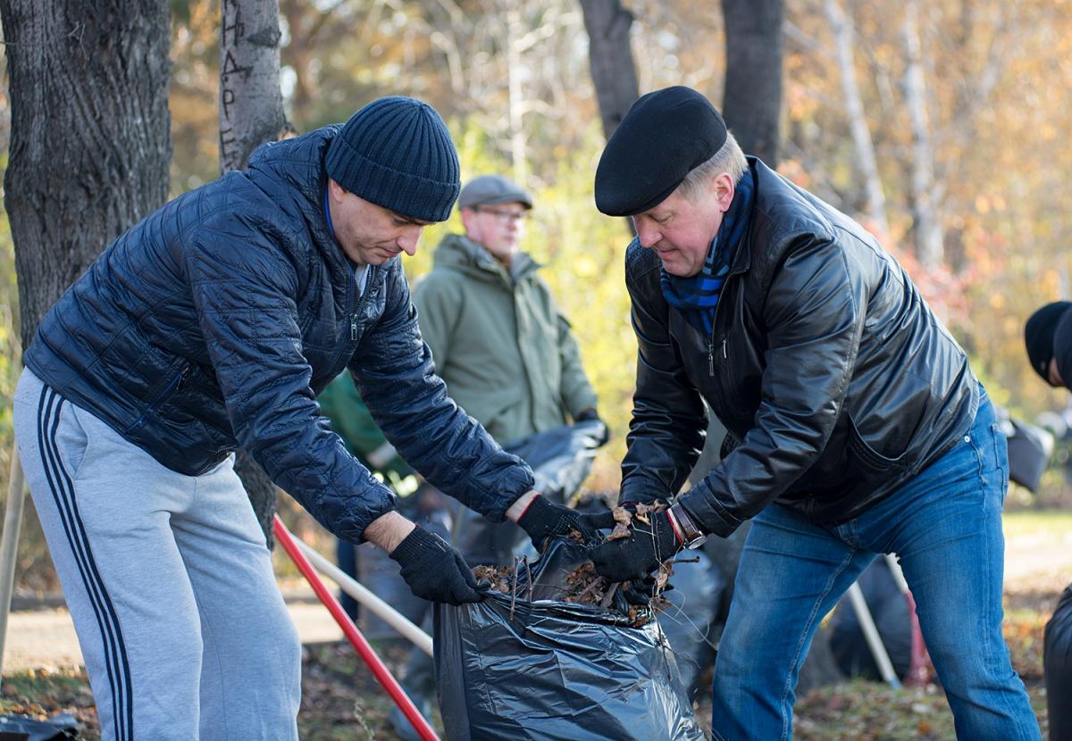 Мэр Анатолий Локоть убирает опавшую листву на Михайловской набережной