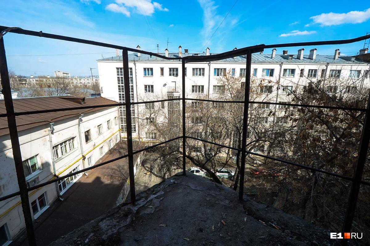 Есть общие балкончики, с которых видно внутренний двор