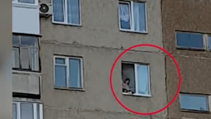 В Уфе прохожие спасли малыша от падения из окна многоэтажки