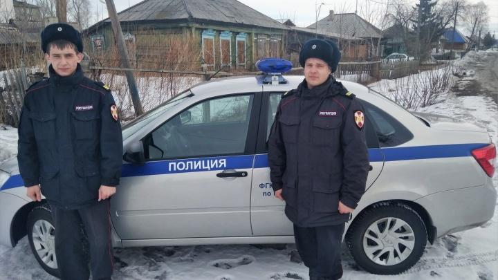 Два сотрудника Росгвардии вытащили из горящего дома 90-летнюю женщину