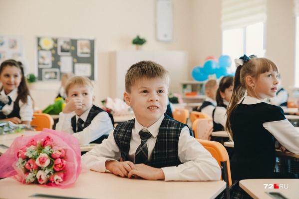 Многие родители предпочитают дарить учителям букеты цветов