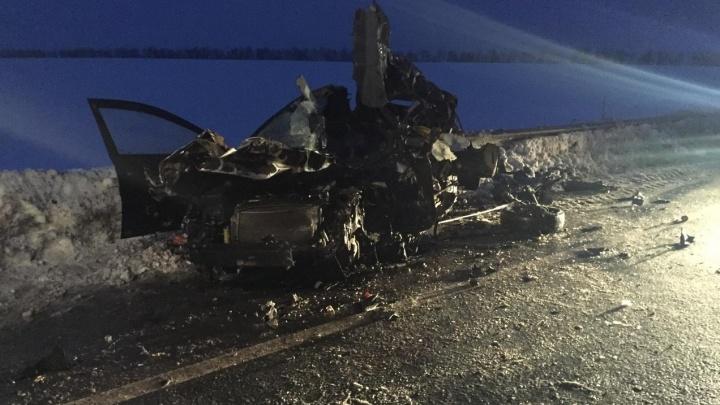 В Самарской области грузовик раздавил Chevrolet Lacetti на встречке