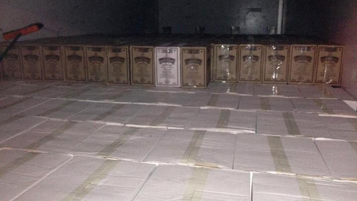 Полицейские задержали свердловчанина, который вёз в Курган 16 тысяч бутылок коньяка и водки