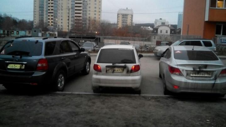 На Уктусе хулиганы изрисовали машины во дворе чёрной краской