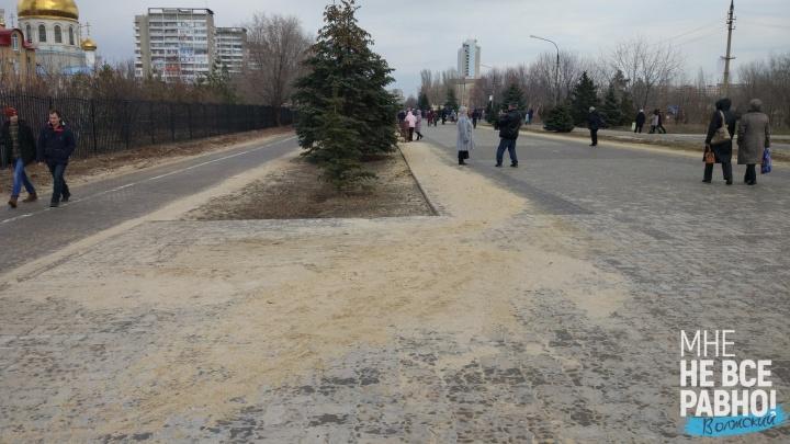 «Становимся местными Эмиратами»: после зимы тротуары Волжского обросли большими дюнами