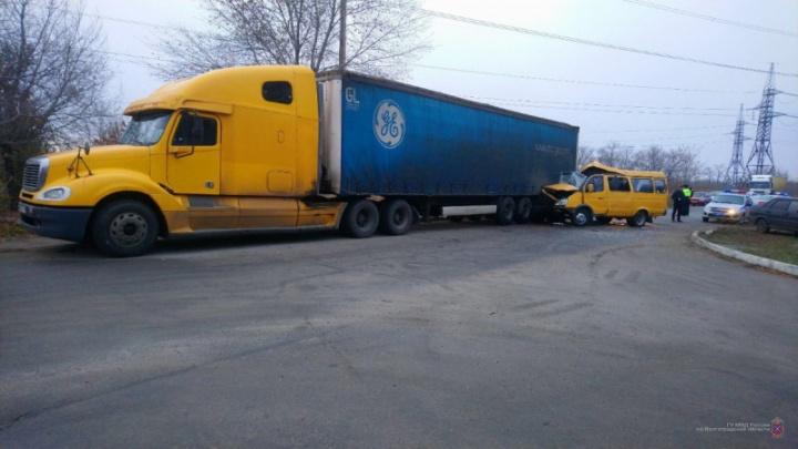 Четыре женщины и двое мужчин: полиция Волгограда сообщила о пострадавших в ДТП с маршруткой