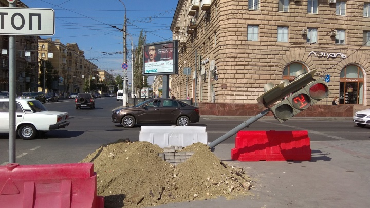 На опасном перекрестке в центре Волгограда демонтировали рухнувший светофор