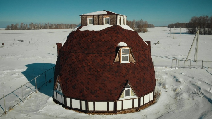 Он похож на миньона или жилье хоббитов. Рассказываем про необычный купольный дом под Тюменью