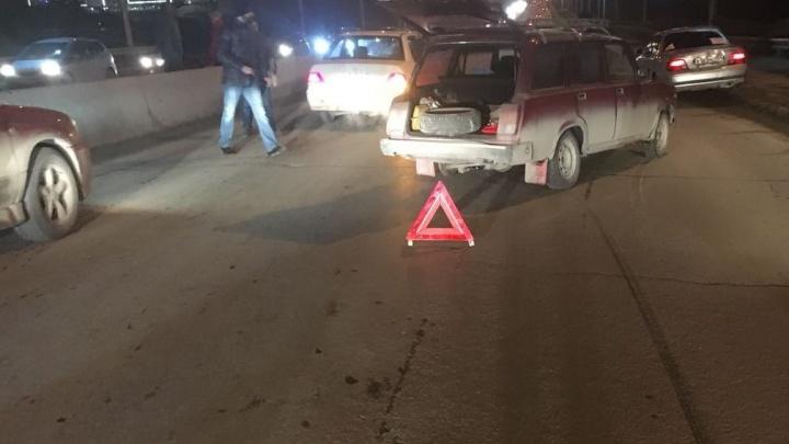 Две машины столкнулись с прыгающим навстречу колесом на Октябрьском мосту
