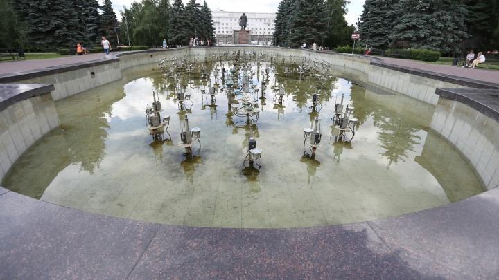 «Вода зацвела из-за жары»: главный фонтан Челябинска привели в порядок после жалоб горожан