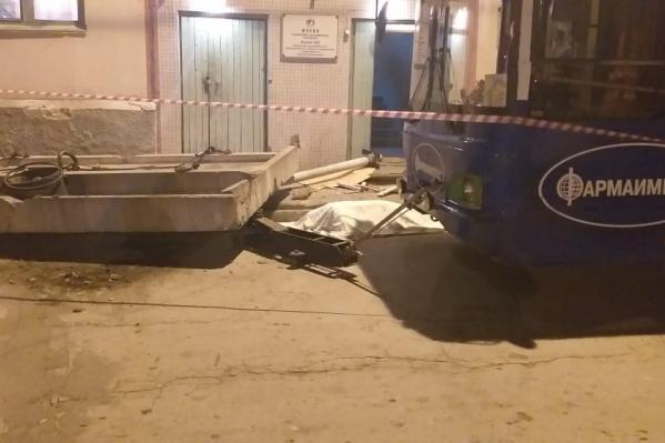 Поздно вечером троллейбус в депо повалил бетонный козырёк на двух женщин